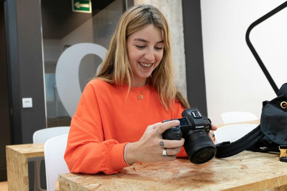 """Becados TOO MANY FLASH 2018 – Claudia Maturana: """"Mi objetivo como fotógrafa es llegar a los corazones de las personas"""""""